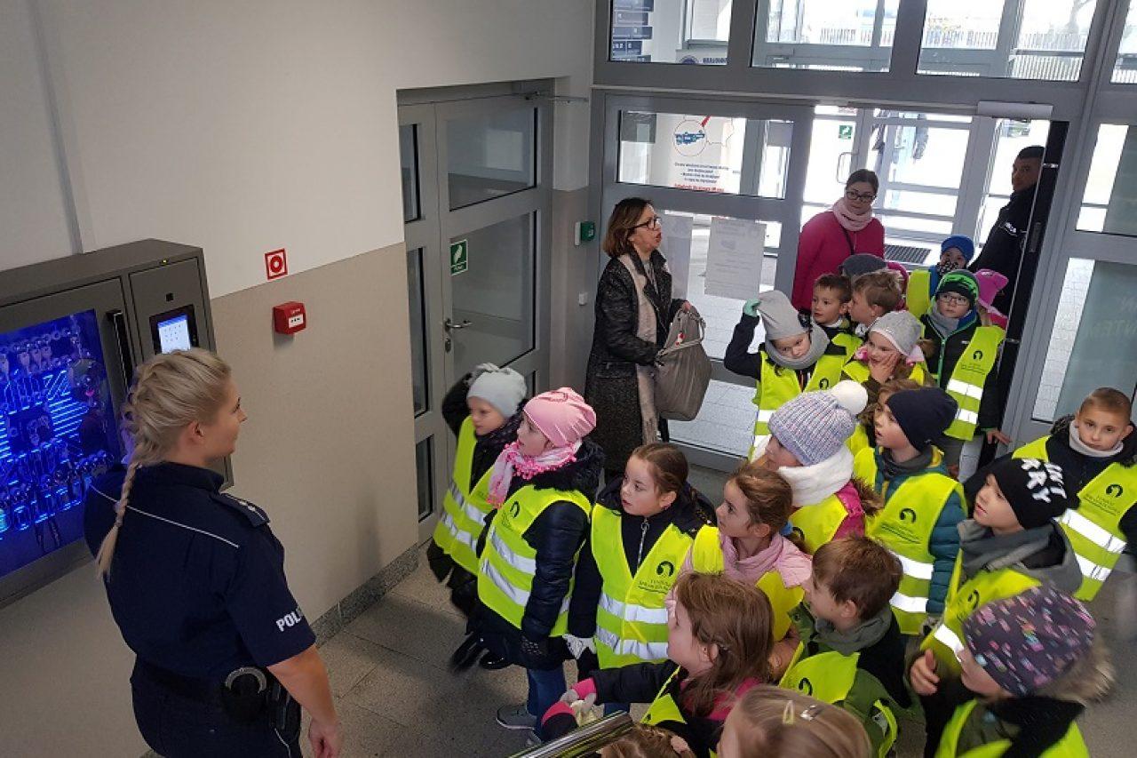 Policjanci rozmawiali z dziećmi o bezpieczeństwie.