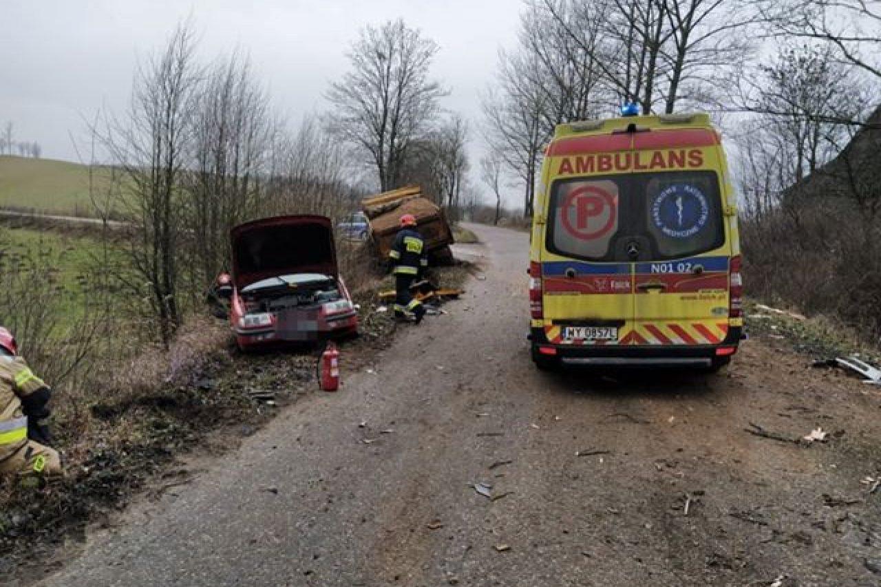 Zdarzenie drogowe z udziałem dwóch samochodów ciężarowych i osobówki