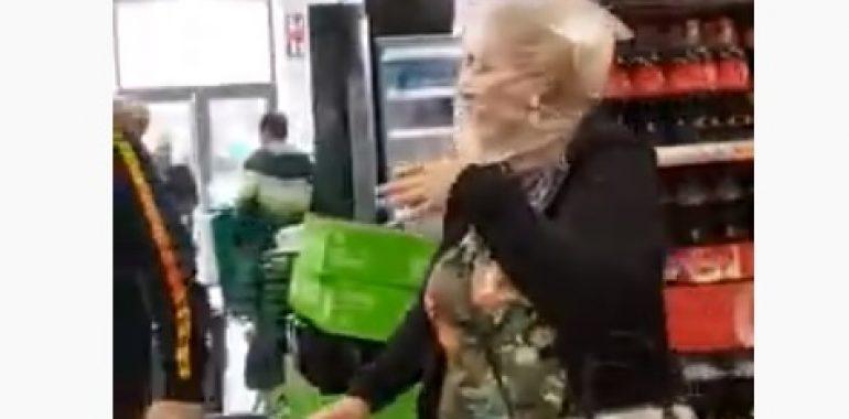 Ludzie na zakupach w torebkach foliowych na głowie (wideo)