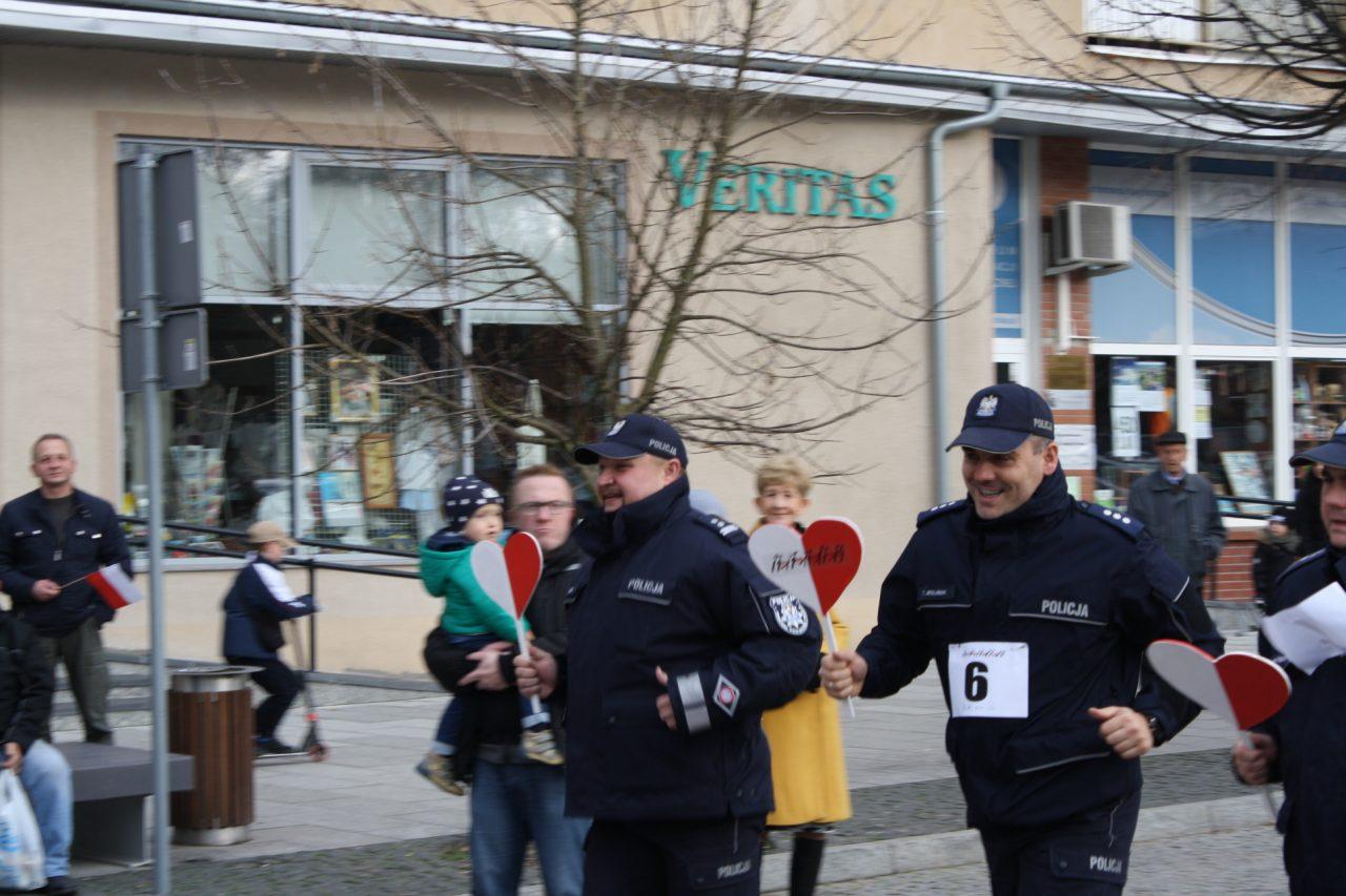 Policjanci pobiegli w sztafecie z okazji obchodów Święta Niepodległości.