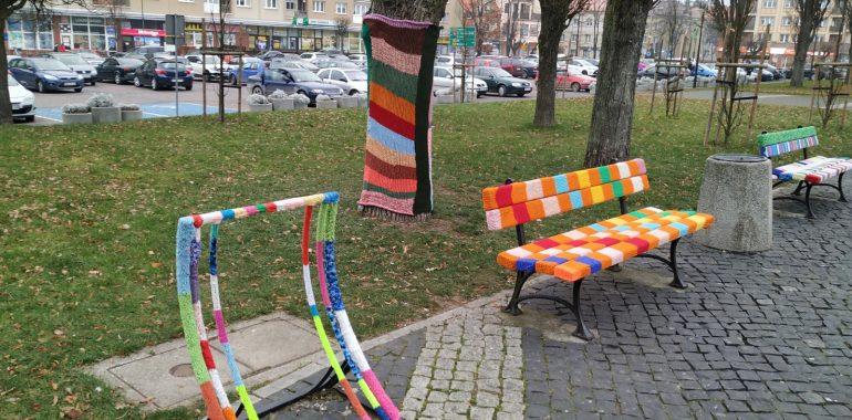 Park w centrum pełen kolorów.
