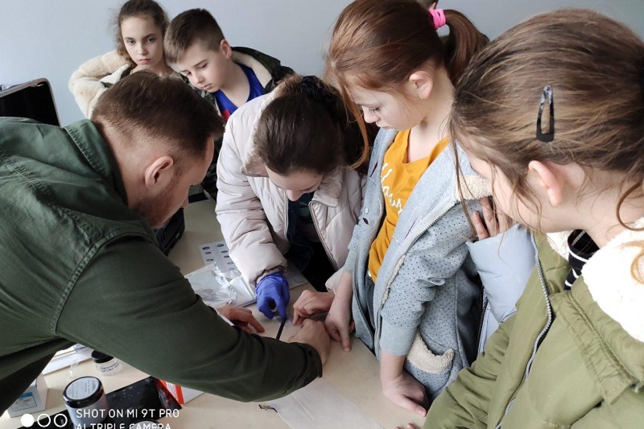 Piątoklasiści z wizytą u gołdapskich policjantów
